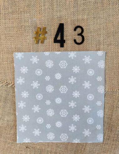 Tissu motifs flocons blancs fond gris clair thème Noël pour Pochette personnalisable par l'échoppe de Nine