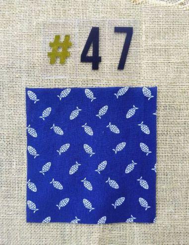 Tissu motifs poissons blancs fond bleu marine  pour Pochette personnalisable par l'échoppe de Nine