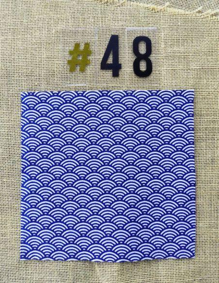 Tissu motifs écailles blanches fond bleu marine pour Pochette personnalisable par l'échoppe de Nine