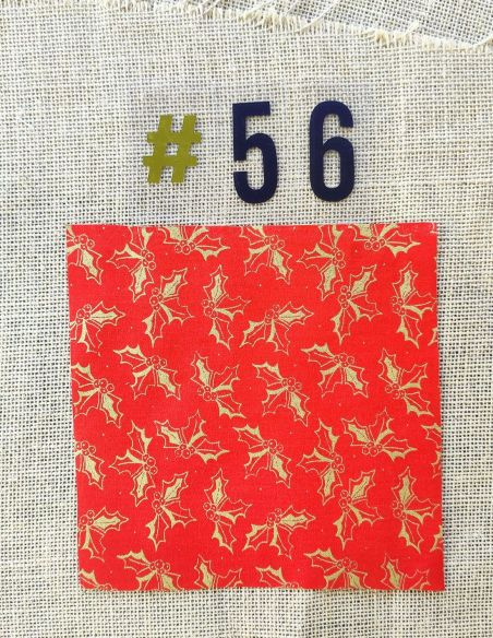 Tissu motifs houx dorés fond rouge esprit de Noël pour Pochette personnalisable par l'échoppe de Nine