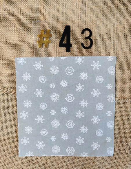 Tissu motifs flocons blancs fond gris clair thème Noël pour Lingettes personnalisablespar l'échoppe de Nine